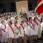 The crowd, dressed in vintage clothing, listen to Queen Margrethe.Photo: Nils Meilvang/Scanpix